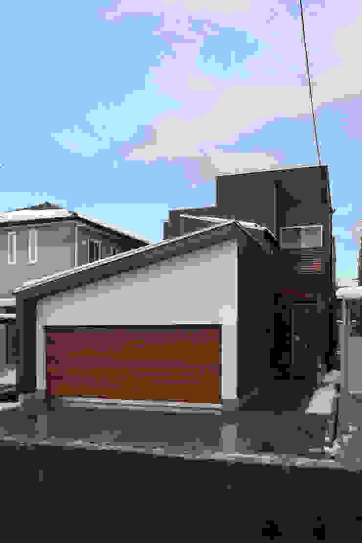 THE HOUSE WITH CAR-GARAGE IN ICHINOMIYA CITY JAPAN モダンな 家 の 株式会社 アトリエ創一級建築士事務所 モダン