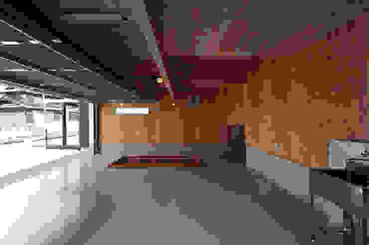 THE HOUSE WITH CAR-GARAGE IN ICHINOMIYA CITY JAPAN モダンデザインの ガレージ・物置 の 株式会社 アトリエ創一級建築士事務所 モダン