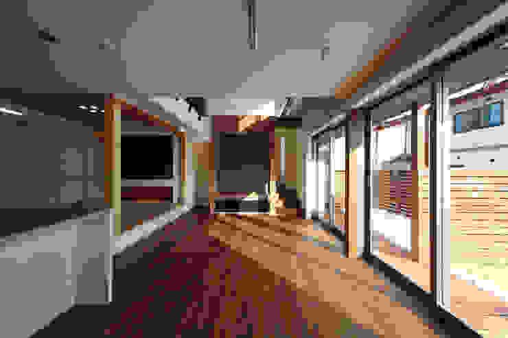 THE HOUSE WITH CAR-GARAGE IN ICHINOMIYA CITY JAPAN モダンデザインの リビング の 株式会社 アトリエ創一級建築士事務所 モダン