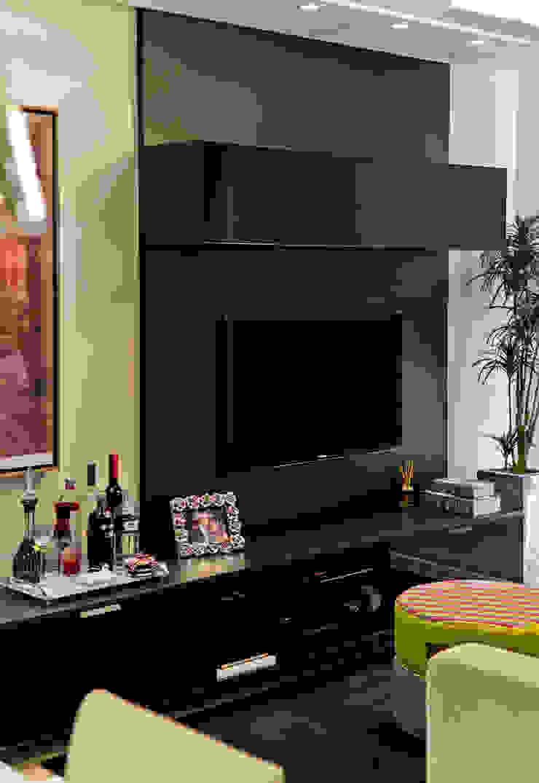 Projeto arquitetônico de interiores para residencia unifamiliar. (Fotos: Lio Simas) Salas de estar ecléticas por ArchDesign STUDIO Eclético