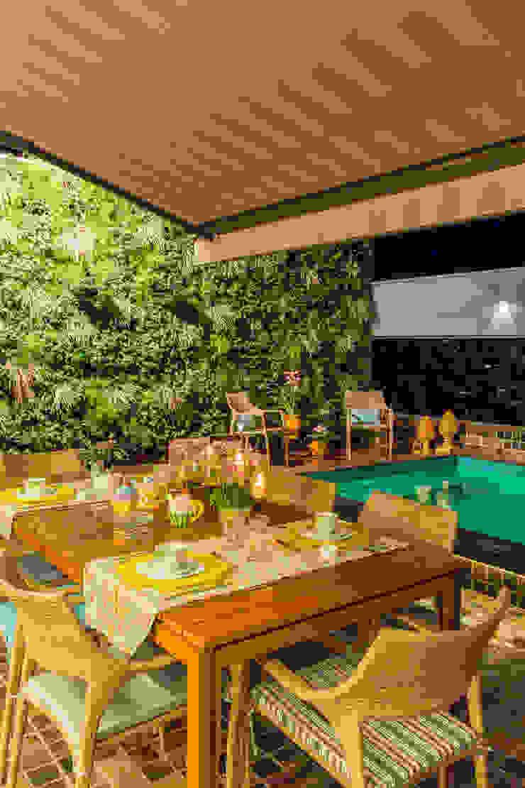 ÁREA DA PISCINA COM JARDIM VERTICAL Salas de jantar modernas por Studio Karla Oliveira Moderno