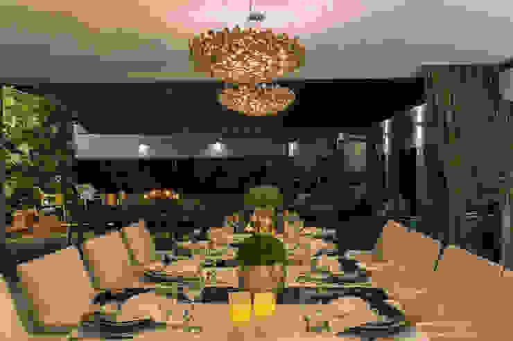 SALA DE JANTAR COM VISTA PARA A PISCINA Salas de jantar modernas por Studio Karla Oliveira Moderno