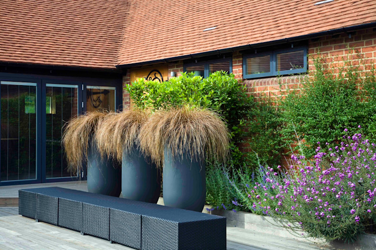 Courtyard pots and furniture モダンな庭 の Rae Wilkinson Design Ltd モダン