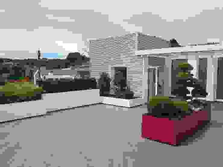 Balcones y terrazas de estilo moderno de Midori srl Moderno
