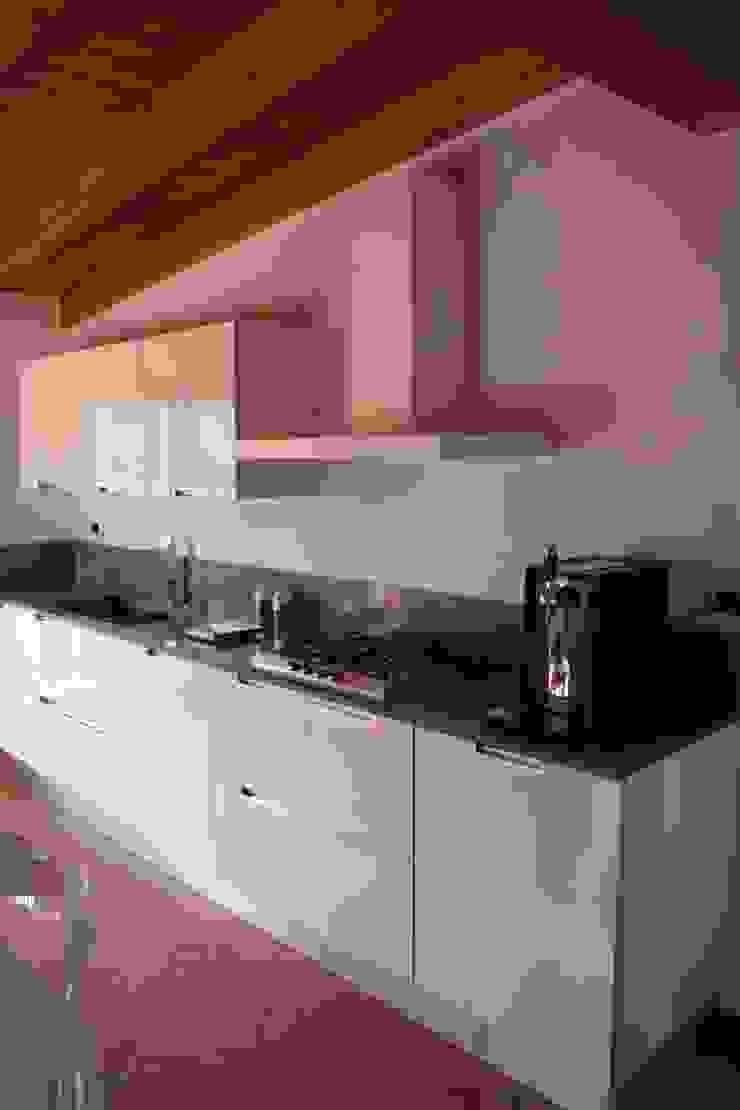 Dettagli di rosso Cucina moderna di GRETA DONIS Moderno