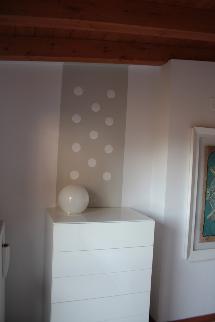 Dettagli di rosso Camera da letto minimalista di GRETA DONIS Minimalista