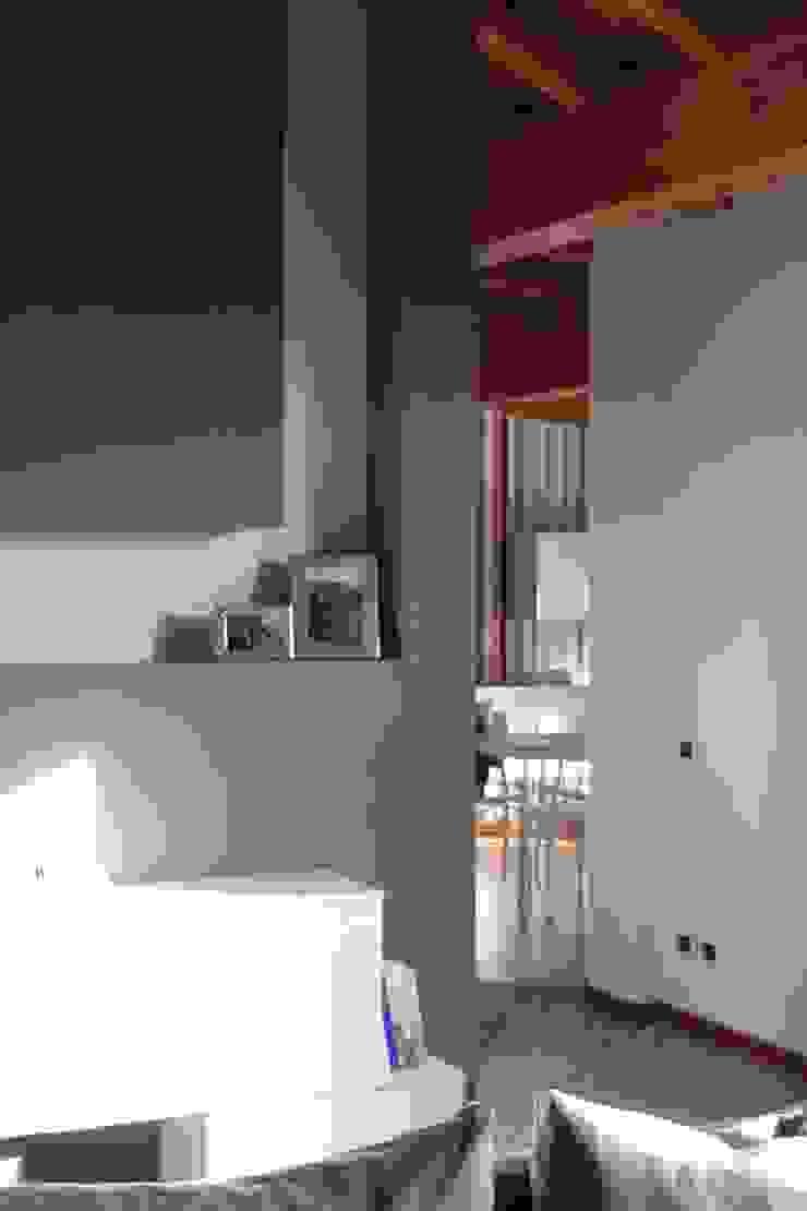 Dettagli di rosso Ingresso, Corridoio & Scale in stile moderno di GRETA DONIS Moderno