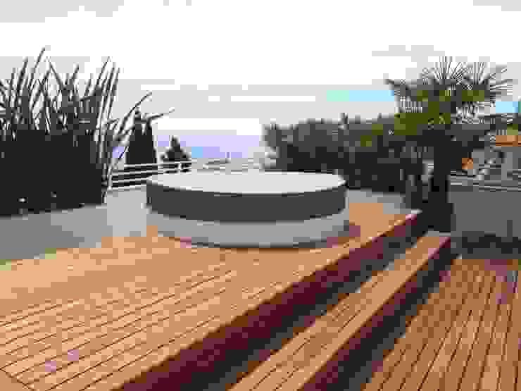 Terrazzo al mare Balcone, Veranda & Terrazza in stile moderno di Midori srl Moderno