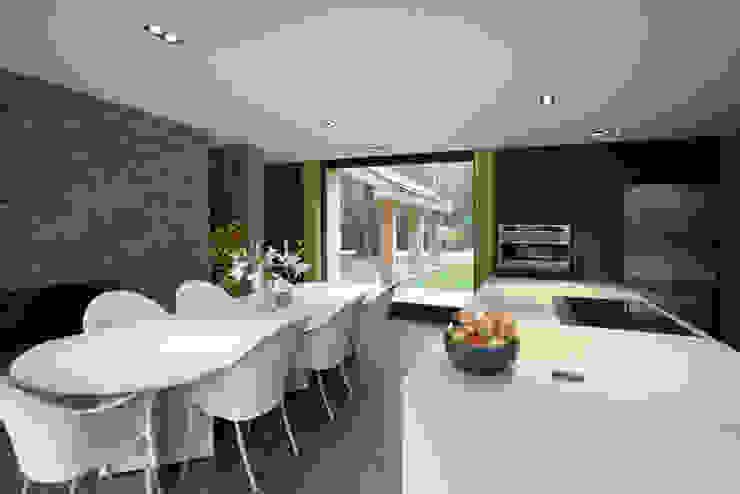 Cedarwood モダンな キッチン の Tye Architects モダン