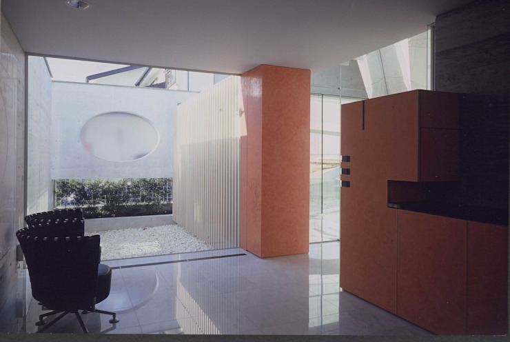 玄関ホール-奥に光庭を配する モダンデザインの リビング の 中村弘道・都市建築 計画設計研究所/HIROMICHI NAKAMURA ARCHITECT & ASSOCIATES モダン