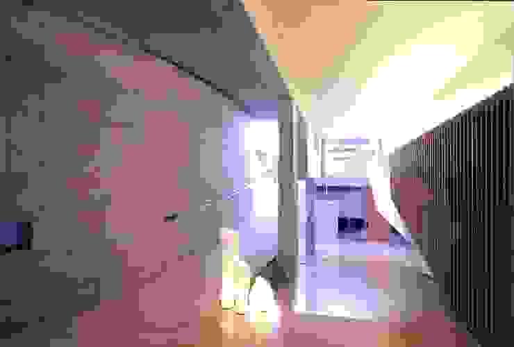 緩やかに2階に続くスロープ-右は光の壁 モダンスタイルの 玄関&廊下&階段 の 中村弘道・都市建築 計画設計研究所/HIROMICHI NAKAMURA ARCHITECT & ASSOCIATES モダン