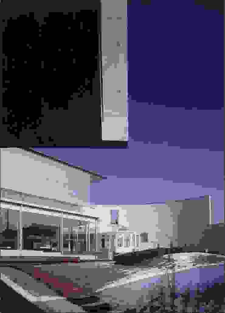 中心の庭-スロープの下から望む モダンな 家 の 中村弘道・都市建築 計画設計研究所/HIROMICHI NAKAMURA ARCHITECT & ASSOCIATES モダン