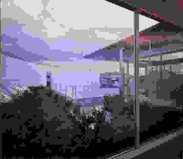 部屋から屋上庭園を望む モダンな 家 の 中村弘道・都市建築 計画設計研究所/HIROMICHI NAKAMURA ARCHITECT & ASSOCIATES モダン