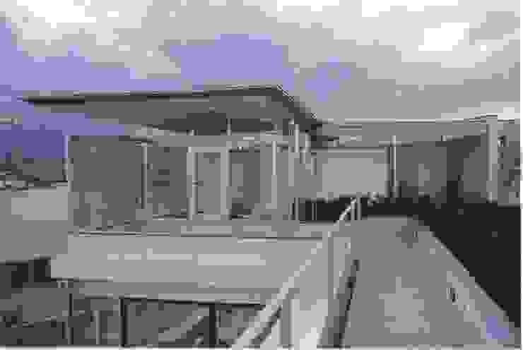 2階個室-屋上庭園とつながる モダンな 家 の 中村弘道・都市建築 計画設計研究所/HIROMICHI NAKAMURA ARCHITECT & ASSOCIATES モダン