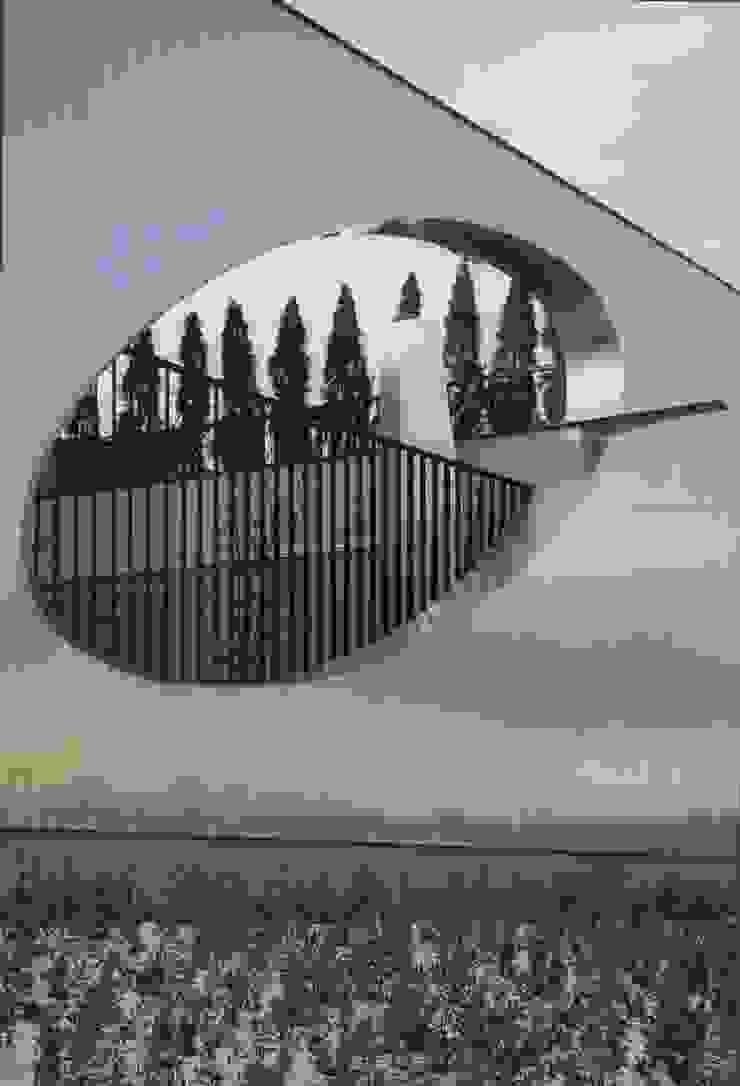 外壁からのぞく内部の様子-北外壁のアクセント モダンな 家 の 中村弘道・都市建築 計画設計研究所/HIROMICHI NAKAMURA ARCHITECT & ASSOCIATES モダン