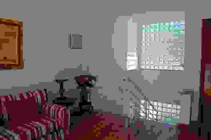 casa Irani Corredores, halls e escadas modernos por arquiteto Moderno