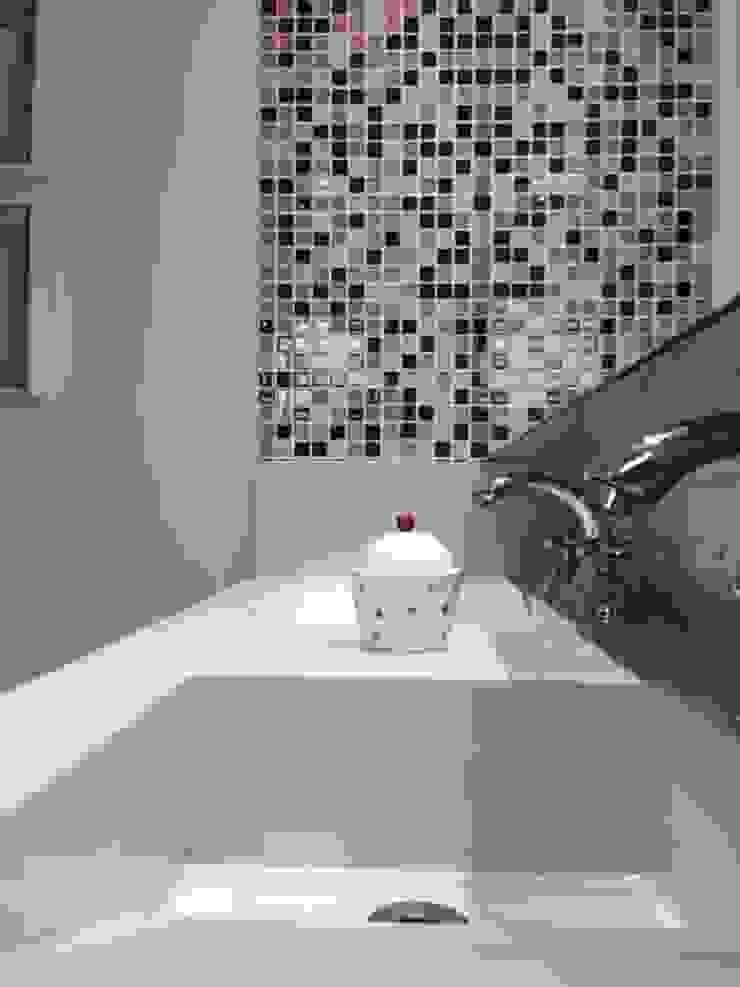 Detalhe da bancada Banheiros modernos por Studio Fabrício Roncca Moderno