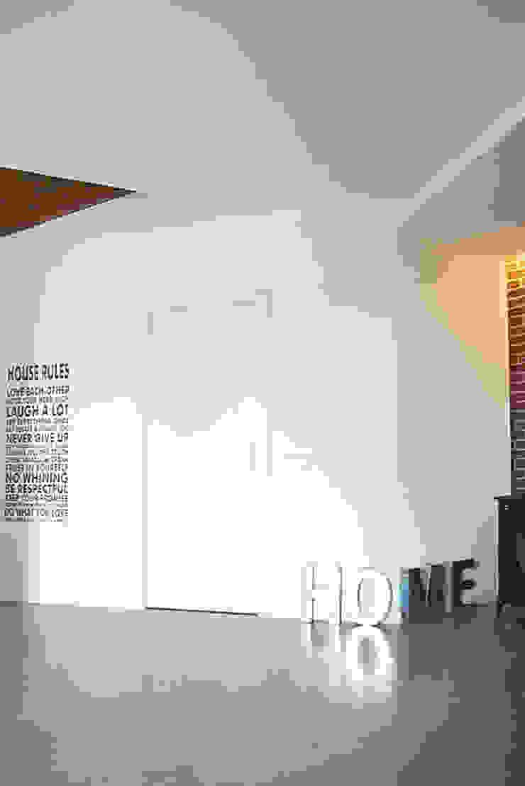 MCV A009 Ingresso, Corridoio & Scale in stile moderno di modoo Moderno