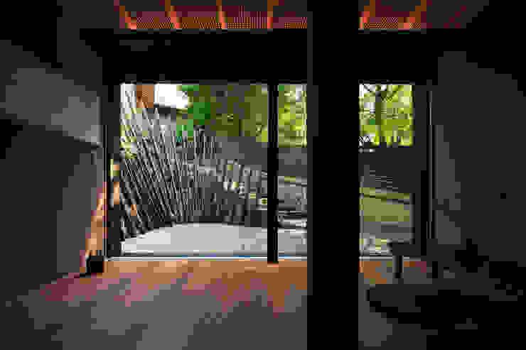 テラスと一体になるホール アジア風 庭 の UZU 和風