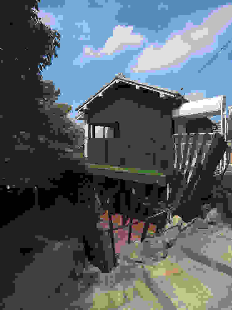 壁面緑化と手すりを兼ねたルーバーに包まれるテラス 日本家屋・アジアの家 の UZU 和風