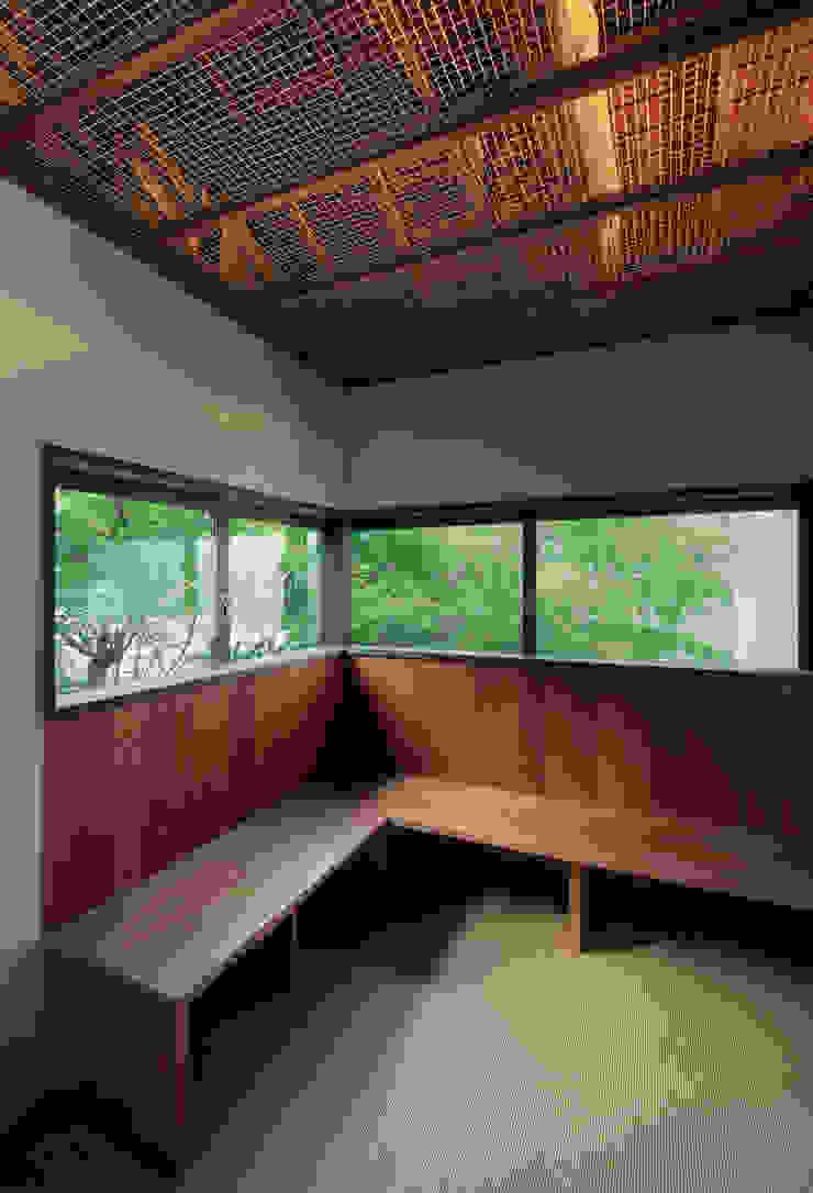 モミジが覆う2Fホール 和風デザインの 多目的室 の UZU 和風