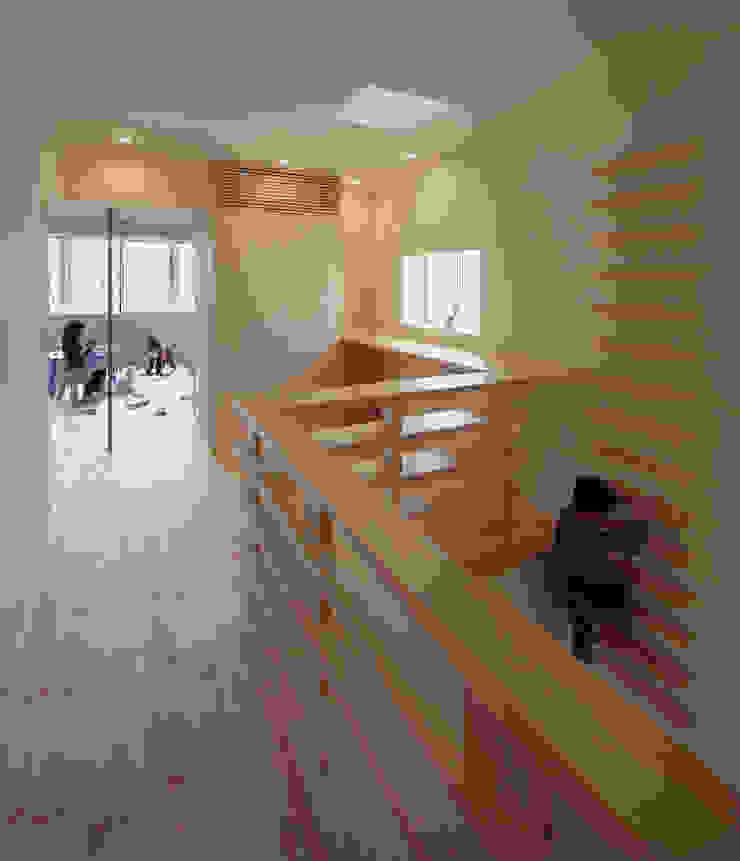 5階住居/フリースペース 4階とつなぐ吹き抜けと梯子 北欧デザインの 子供部屋 の UZU 北欧