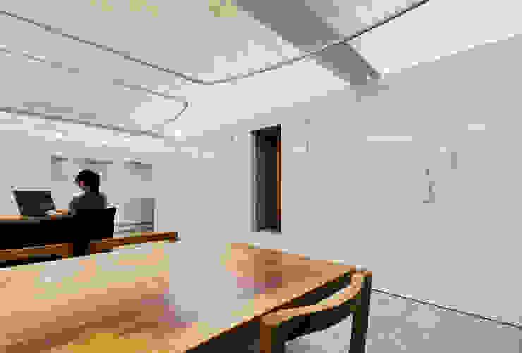 まとまった壁面収納とウォークインクローゼット: UZUが手掛けたオフィススペース&店です。,ミニマル