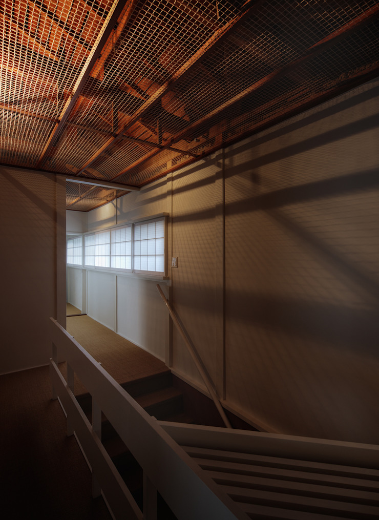 天井裏の構造が透ける2F廊下 和風の 玄関&廊下&階段 の UZU 和風