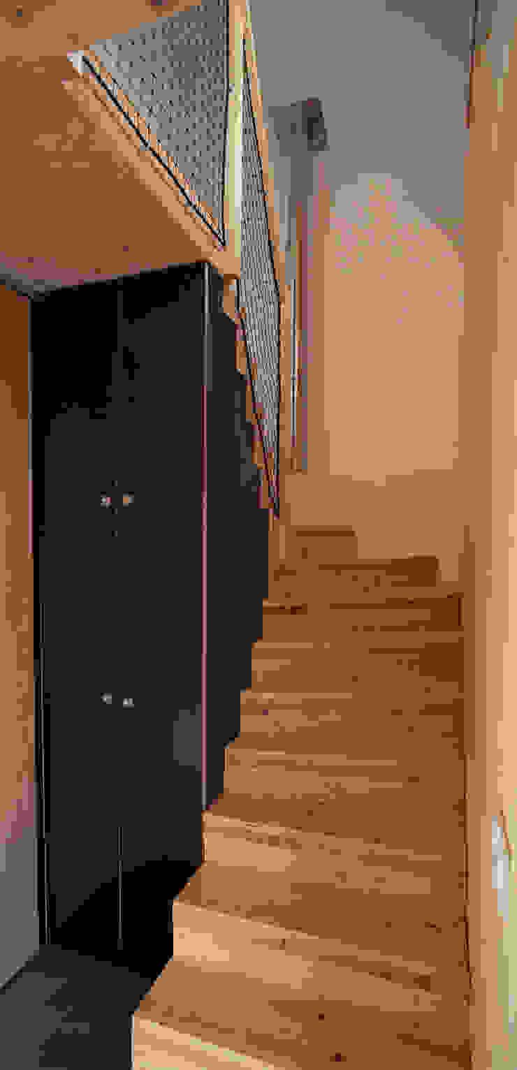 Comme un instrument de bois – maison MODU Couloir, entrée, escaliers minimalistes par mfa - mélaine ferré architecture Minimaliste