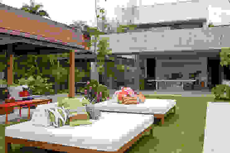 Jardim Varandas, alpendres e terraços tropicais por Marilia Veiga Interiores Tropical