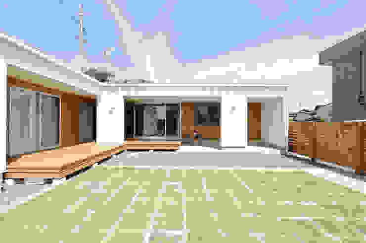 内と外をつなぐ平屋の家 カントリーな 庭 の ELD INTERIOR PRODUCTS カントリー
