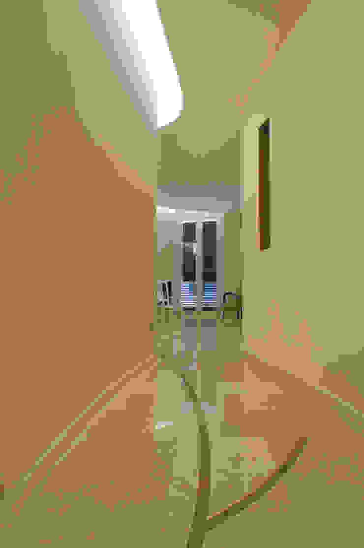 CurviLINE Ingresso, Corridoio & Scale in stile minimalista di Marco Stigliano Architetto Minimalista