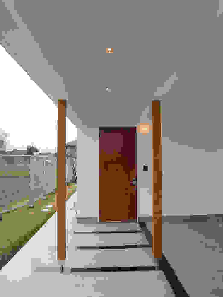 Puertas y ventanas modernas de あお建築設計 Moderno