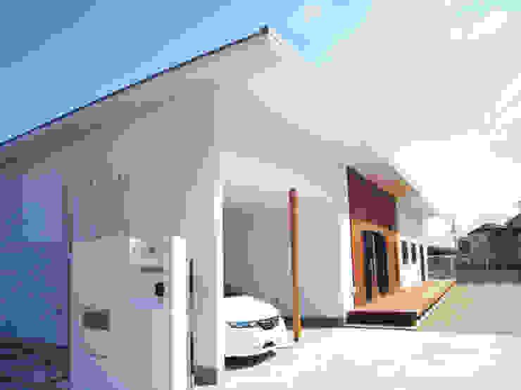 Garajes de estilo moderno de あお建築設計 Moderno