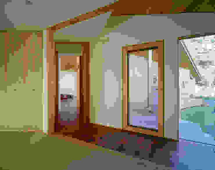 Villa Boomerang 森吉直剛アトリエ/MORIYOSHI NAOTAKE ATELIER ARCHITECTS 現代風玄關、走廊與階梯