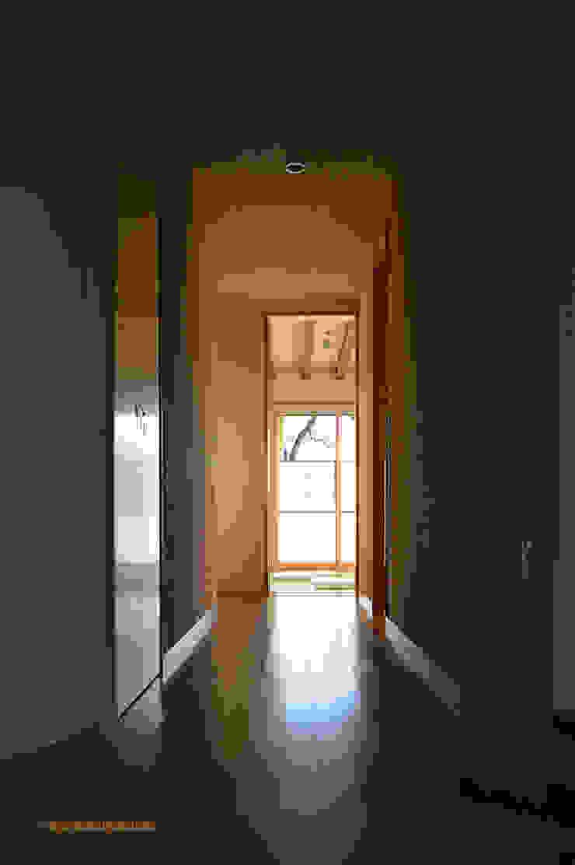 Pasillos, vestíbulos y escaleras modernos de アグラ設計室一級建築士事務所 agra design room Moderno