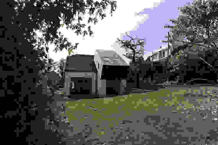 Vue de la surélévation depuis le jardin Maisons originales par PLAYGROUND ATELIER D'ARCHITECTURES Éclectique