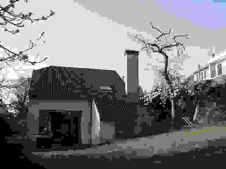 Vue la maison existante depuis le jardin par PLAYGROUND ATELIER D'ARCHITECTURES