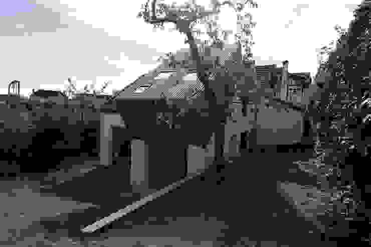 Surélévation d'une maison à Palaiseau Maisons modernes par PLAYGROUND ATELIER D'ARCHITECTURES Moderne