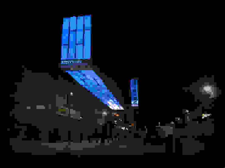 Interactive facade Palacios de congresos de estilo moderno de OS31 Moderno