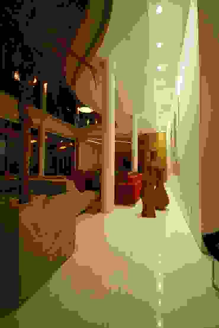 Moderner Flur, Diele & Treppenhaus von Mascarenhas Arquitetos Associados Modern