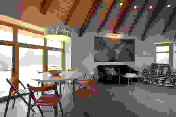 юрта в подмосковье Столовая комната в стиле кантри от Архитектурное бюро и дизайн студия 'Линия 8' Кантри