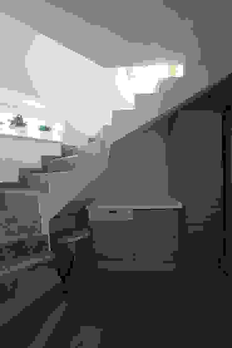 юрта в подмосковье Коридор, прихожая и лестница в стиле минимализм от Архитектурное бюро и дизайн студия 'Линия 8' Минимализм