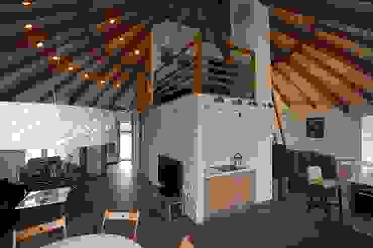 Landhaus Küchen von Архитектурное бюро и дизайн студия 'Линия 8' Landhaus