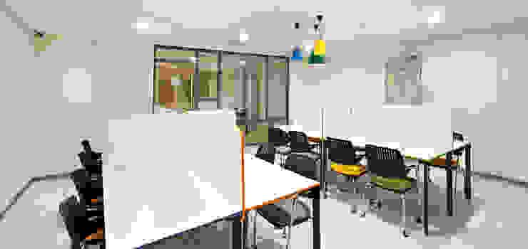 Studio moderno di BOYTORUN ARCHITECTS Moderno