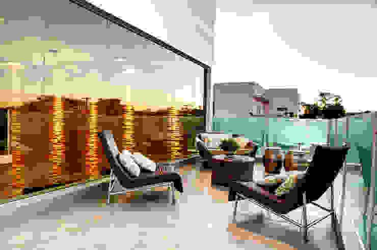 Balcone, Veranda & Terrazza in stile moderno di Renato Lincoln - Studio de Arquitetura Moderno