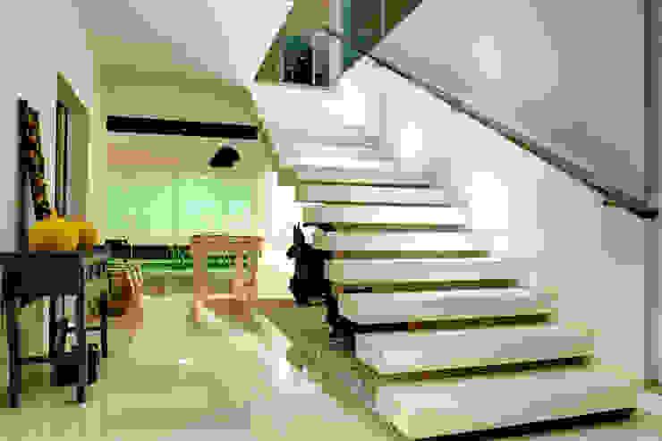 Pasillos, vestíbulos y escaleras modernos de Renato Lincoln - Studio de Arquitetura Moderno