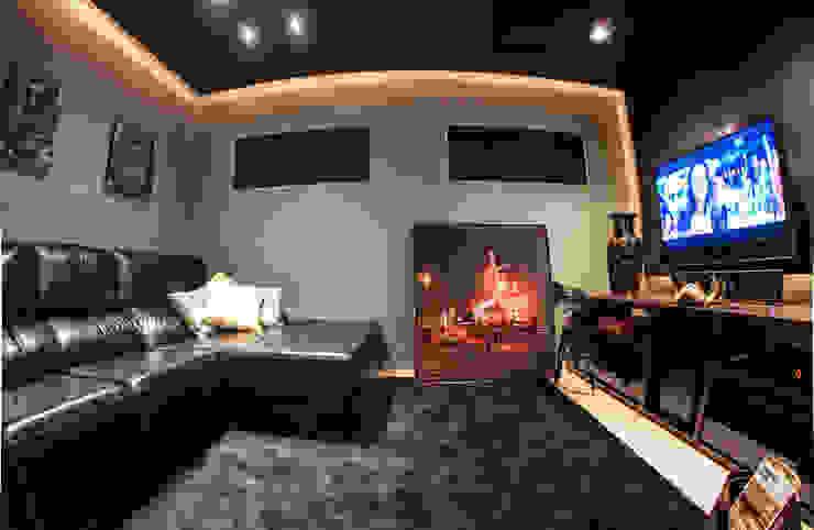 Modern Media Room by Renato Lincoln - Studio de Arquitetura Modern