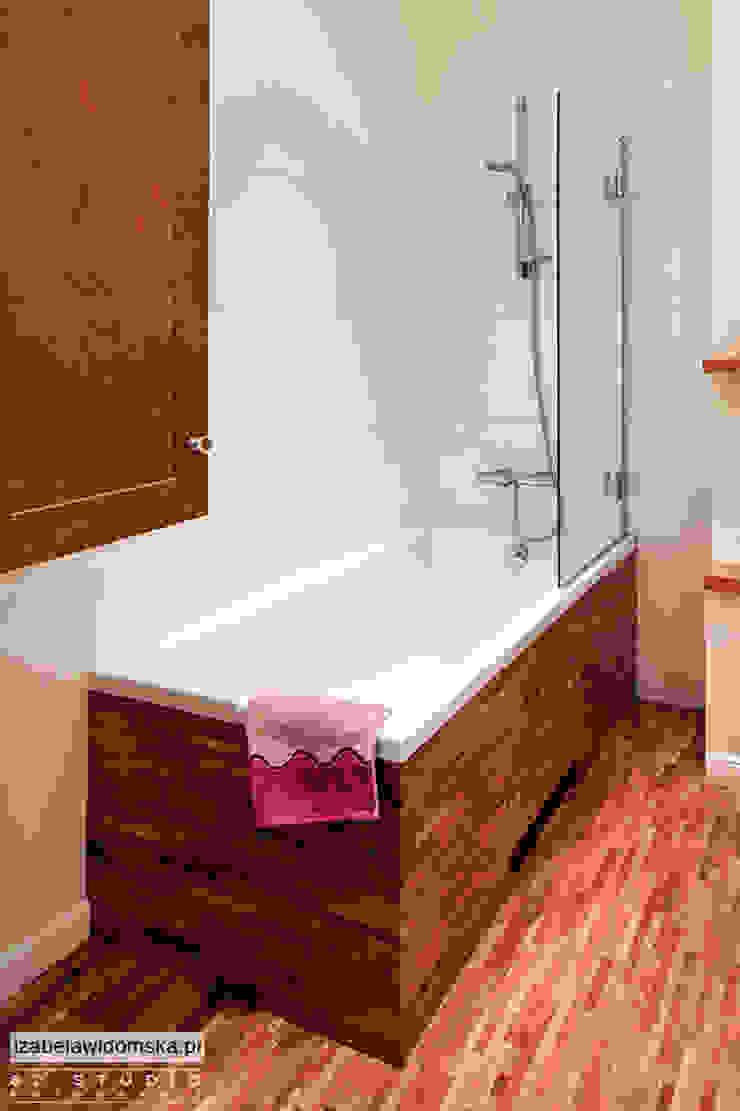 stylowa łazienka - drewniana obudowa wanny Klasyczna łazienka od Izabela Widomska Interiors Klasyczny