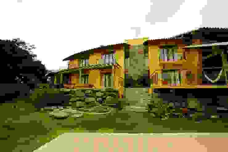 Rustikale Häuser von Mascarenhas Arquitetos Associados Rustikal